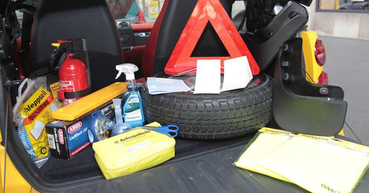 Viete čo patrí do povinnej výbavy auta?
